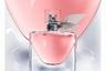 Многолетний бестселлер компании Lancôme, название которого переводится как «Жизнь прекрасна», внушает чувство оптимизма нежным коралловым оттенком и чувственно-сладкими нотами ириса Паллида, пачули, жасмина, флердоранжа, ванили, карамели, бобов тонка, пралине и смородины.