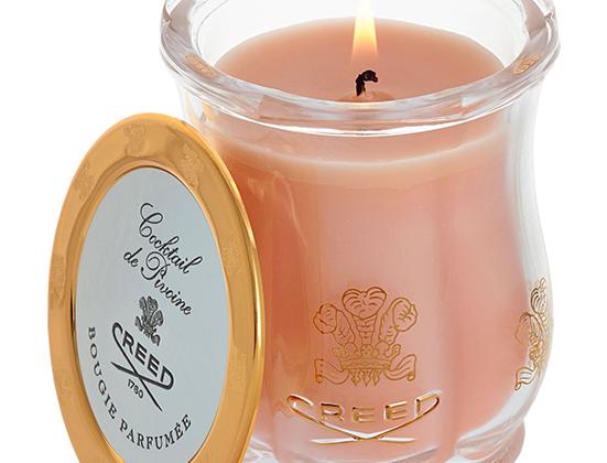 Свечи Creed в изящном стакане барочных форм сделаны из натурального пчелиного воска. Свеча кораллового оттенка с ароматом пиона будет гореть до 60 часов.