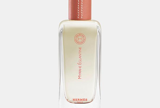 Новинка 2018 года от штатного парфюмера дома Hermès Кристин Нажель сочетает под крышечкой, обтянутой кожей нежно-кораллового оттенка, нежные ноты мирры и дикой розы.