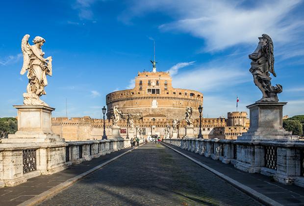 Постоянной резиденцией Папы Александра VI был замок Святого Ангела, который за время понтификата приобрел современный вид.
