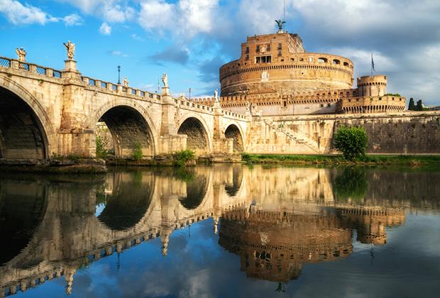Замок был построен императором Адрианом как мавзолей, но уже в IV веке стал использоваться понтификами в качестве убежища во время кризисов.