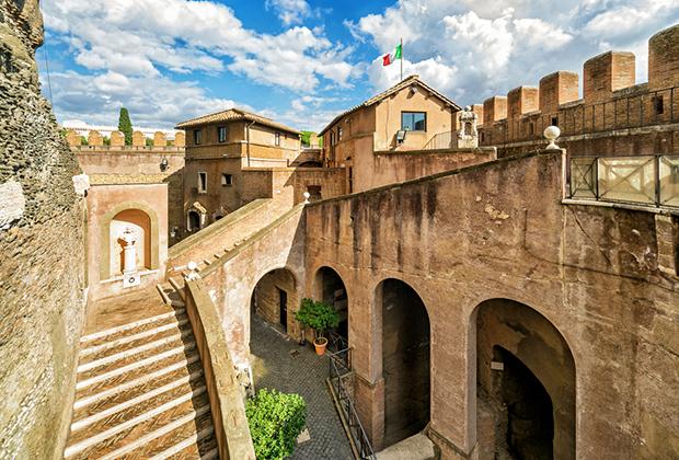 В XV веке понтифики начали постепенно восстанавливать замок, заодно украшая его интерьеры. Между замком и остальным Ватиканом появился укрепленный переход.