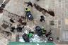 """Главные участники действа — так называемые «желтые жилеты». Активисты одеты в яркие светоотражающие накидки, которые обычно надевают водители, чтобы их издалека было видно на дороге.  <br><br> По данным французского МВД, в протестах по всей стране 8 декабря <a href=""""http://www.leparisien.fr/economie/gilets-jaunes-a-paris-en-direct-suivez-cette-journee-a-hauts-risques-08-12-2018-7963494.php"""" target=""""_blank"""">участвовало</a> 125 тысяч человек, 10 тысяч из которых— в столице."""