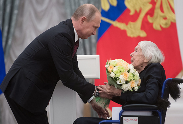 Алексеева получает госпремию из рук президента России Владимира Путина. 18 декабря 2017 года