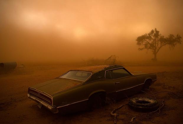 Ржавый Ford Thunderbird, переживший торнадо в Техасе. Николас Моир вместе с командой охотился на торнадо в так называемой аллее торнадо. Снимок сделан в последний день их довольно успешной десятидневной погони, в результате которой они стали свидетелями 16 торнадо. Моир вспоминает, как мощный ураган срывал с земли верхний слой почвы и перебрасывал его в совсем другие районы.