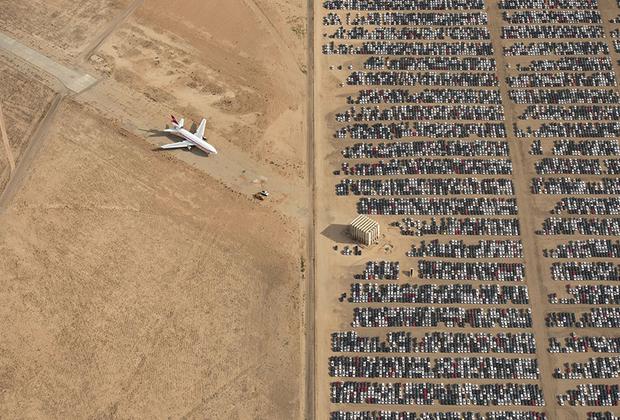 Демонстрируя сцены, подобные этой, фотограф Яссен Тодоров надеется, что мир станет более сознательным и заботливым по отношению к планете. На фото —  тысячи автомобилей Volkswagen и Audi, произведенные в период с 2009 по 2015 год. Они простаивают посреди калифорнийской пустыни после «дизельного скандала» с Volkswagen. Тогда выяснилось, что компания во время проведения тестов в десятки раз занижала количество вредных газов. Раскрытие обмана повлекло за собой отзыв миллионов автомобилей.