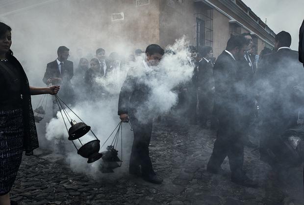 Процессия Дня мертвых петляет по улицам Антигуа, Гватемала. Латинская Америка традиционно отмечает день памяти умерших 1 и 2 ноября. Считается, что в эти дни души умерших родственников посещают родной дом.