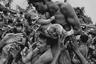 Индуист целует своего новорожденного ребенка на фестивале Чарак Пуджа, во время которого принято прокалывать кожу иглами. Это делается, чтобы задобрить Шиву. Индуисты верят, ритуальные проколы принесут процветание, унесут боль и страдания прошедшего года. Иногда верующих прокалывают крюком и подвешивают за кожу на веревке.