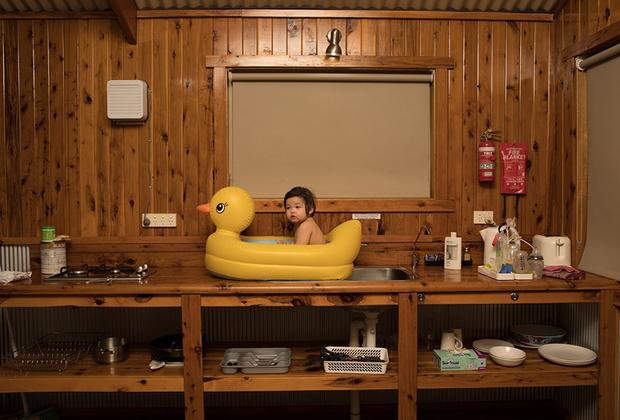 Фотограф Тодд Кеннеди возвращался с семейного торжества в Австралии. Вместе они остановились в небольшом сельском мотеле, который, казалось, находился на краю Земли. Дом окружала только колосящаяся пшеница. Было необычайно жарко, около 40 градусов по Цельсию, в воздухе стояла пыль. Чтобы спасти малышку Джинн от зноя, Тодд с женой устроили ей освежающую ванну прямо на раковине.