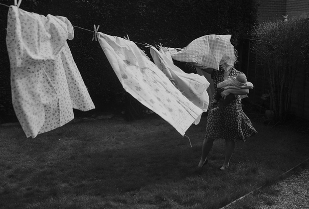 Фотограф Лаура Вуд — мать двоих детей. Она живет в Англии и занимается свадебной фотографией и портретной съемкой. В этот раз она решила сделать автопортрет, попытавшись исследовать природу матери. Она назвала свою работу «Невидимая», подчеркивая тем самым, что ее работа над воспитанием детей не всегда видна вооруженным глазом, а жертвы, на которые идет женщина, целиком и полностью посвятившая себя детям, незаметны.