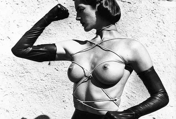 Ньютон начинал карьеру с глянца, а к обнаженному телу пришел в 1970-х, будучи уже прославленным фэшн-фотографом. Первой серией, обнаружившей его страсть к ню, стала «Голые и одетые».