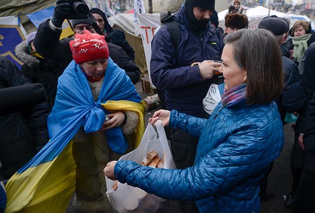 Помощник госсекретаря США Виктория Нуланд угощает протестующих на площади Свободы в Киеве. 2014 год