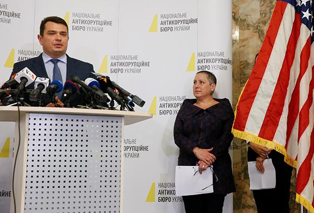 Директор Национального антикоррупционного бюро Украины Артем Ситник и помощник госсекретаря США по борьбе с международной преступностью и наркотрафиком Кирстен Мэдисон