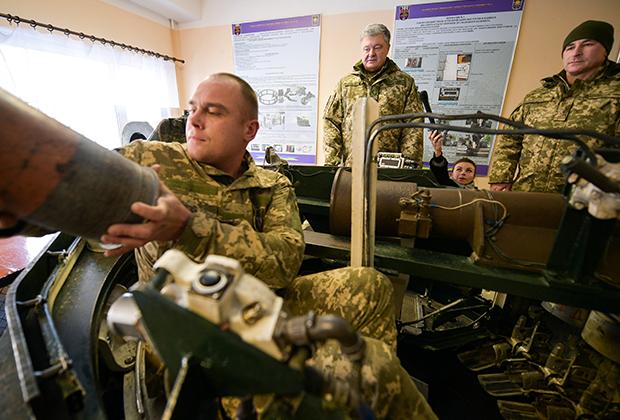 Петр Порошенко во время визита в учебный центр украинской армии