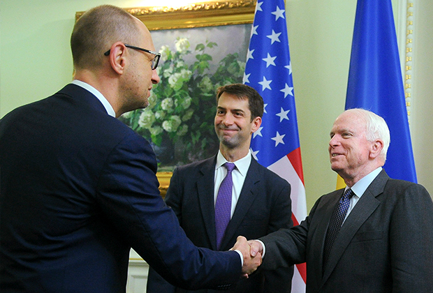 Премьер-министр Украины Арсений Яценюк (слева) пожимает руку американскому сенатору Джону Маккейну. 2015 год