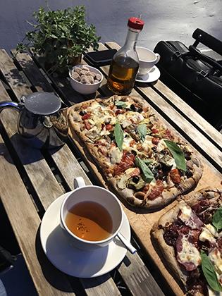 В выходные с друзьями в пиццерии, мой ужин — чай из перечной мяты. В первый раз за долгое время поймала себя на мысли, что не отказалась бы от кусочка пиццы