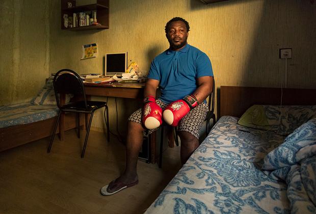 Роки Матарюс из Либревиля, Габон. Факультет Международных отношений: <br><br> «У нас считается престижным иметь российское образование, поэтому я недолго мучился с выбором.  <br><br> На втором по значимости месте после учебы у меня стоит спорт. Регби и бокс — моя настоящая страсть. Регби я занимаюсь профессионально, у себя на родине я играл в составе национального клуба. Я очень сильный игрок и мне необходимо постоянно тренироваться, играть и повышать свой уровень.  <br><br> В России с этим большие проблемы, меня нехотя берут даже в региональный клуб из-за моего цвета кожи, и никто не стесняется говорить мне об этом открыто.  <br><br> Прорваться в столичный клуб моего уровня мне пока не удалось, но я не оставляю попытки».