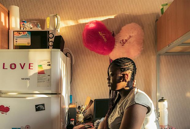 Кристьян Флер из Абиджана, Кот-д'Ивуар. Студентка факультета Международных отношений: <br><br> «Вообще мне нравится здесь учиться. Если не обращать внимания на некоторые мелочи поведения местного населения, то это вполне уютный и дешевый город».