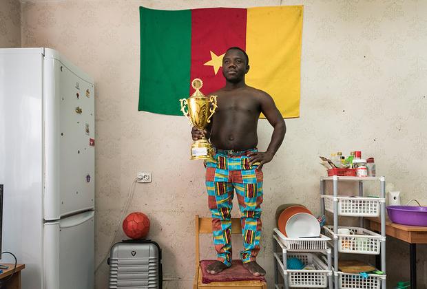 Ландри Вильям Яо из Яунде, Камерун. Студент медицинского факультета: <br><br> «Я очень горжусь своим кубком. Мы его получили за победу в университетских соревнованиях по футболу. Без спорта я не могу.  <br><br> Еще я умопомрачительно готовлю, и друзья называют меня между собой Le Cordon Bleu (так французы называют виртуозных кулинаров, по одноименному названию престижной кулинарной школы). Готовить я научился у мамы, потому что был к ней очень привязан. Папа умер рано, и я все время везде ходил за мамой, не отставал от нее ни на шаг. Наблюдал, как она готовит, и постепенно перенимал навыки.  <br><br> У меня на родине принято угощать и есть. Я очень люблю есть, особенно, когда за столом собирается много людей. Дома я всегда удивлялся, почему мама никогда не ела. Но потом, когда я сам начал готовить, я понял, что пока ты готовишь, ты все постоянно пробуешь и в конечном итоге наедаешься еще в процессе. <br><br> Сейчас мама с сестрами живет в Париже, и все лето я провожу у них».