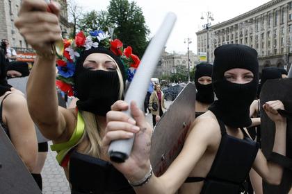 Активистка Femen испортила восковую фигуру Путина и избежала наказания