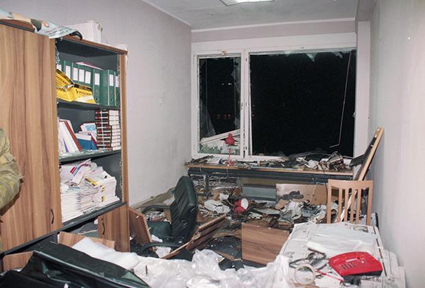 Поврежденный взрывом кабинет депутата Николая Лысенко, Москва. 5 декабря 1995 года