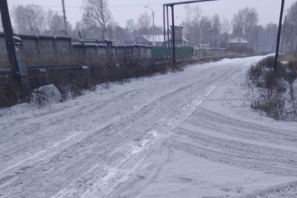 В некрасивом российском городе выпал черный снег