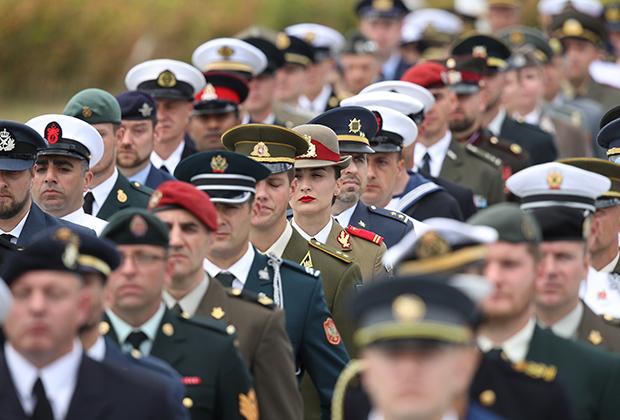 Солдаты стран НАТО во время церемонии открытия саммита Североатлантического альянса в Брюсселе