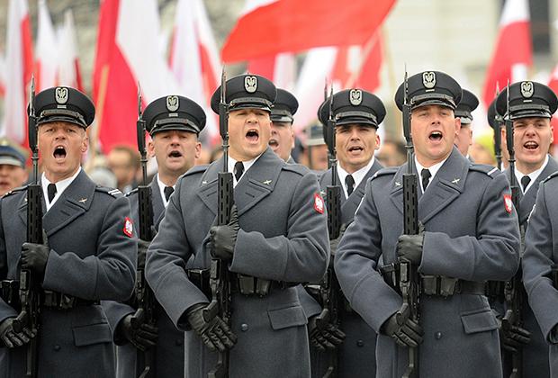 Польские солдаты во время официальной церемонии в День независимости страны