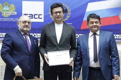 Антон Ширяев (в центре) на церемонии вручения премии