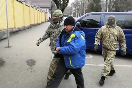 Сотрудники ФСБ проводят задержание гражданина РФ Шамиля Казбулатова