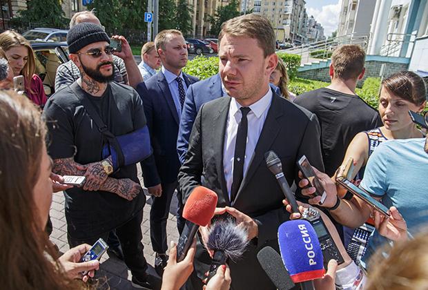 Потерпевший Андрей Ширман (DJ Smash) и Тимати общаются с прессой  после судебного заседания по делу об избиении в клубе