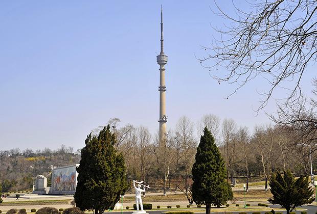 Главная телевизионная башня Северной Кореи напоминает Останкинскую. Правда, поменьше — всего 150 метров против 540 метров российского собрата.
