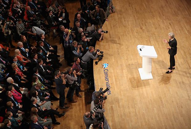 Тереза Мэй выступает с речью о выходе Британии из ЕС перед однопартийцами