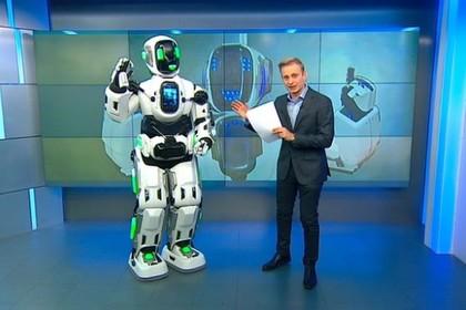 Ряженного в костюм робота Бориса танцора привели в студию «России 24»