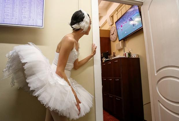 Балерина Михайловского театра смотрит матч между Россией и Хорватией четвертьфинала чемпионата мира по футболу.