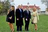 Президент США Дональд Трамп и его жена Мелания с президентом Франции Эммануэлем Макроном и первой леди Бриджит готовятся к совместному снимку во время визита в поместье первого президента США Джорджа Вашингтона.