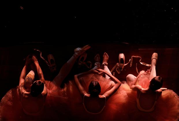 Бразильские балерины муниципальной Театральной балетной школы Рио-де-Жанейро ждут репетиции.
