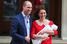 Британский принц Уильям с супругой герцогиней Кембриджской Кэтрин покидают больницу Святой Марии с новорожденным сыном.