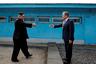 Лидеры Северной и Южной Корей — Ким Чен Ын и Мун Чжэ Ин — готовятся пожать руки на демаркационной линии в пограничной деревне Пханмунджом.