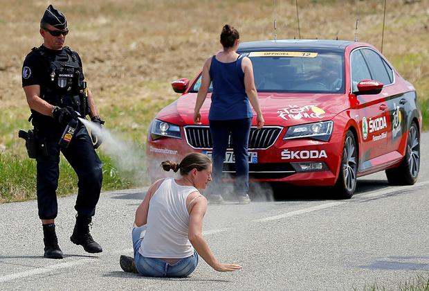 Французская полиция разгоняет фермеров, которые прервали велогонку «Тур де Франс». Фермеры забаррикадировали трассу тюками сена, требуя вернуть департамент Од в список благоприятных регионов для животноводства, откуда он ранее был исключен. Протестующие опасались, что потеряют субсидии от государства и Евросоюза.
