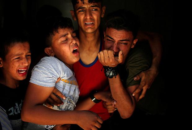 Реакция родственников на смерть убитого на границе Израиля и сектора Газа палестинца.