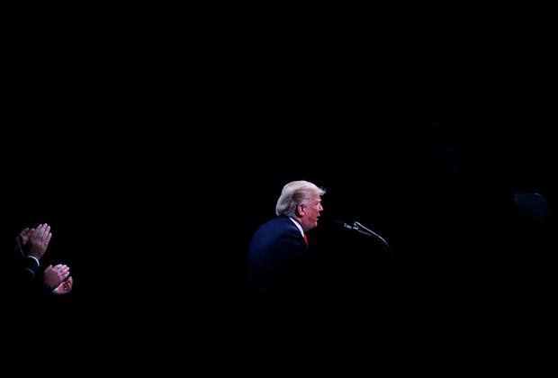 Президент США Дональд Трамп выступает перед шерифами полиции в Конференц-центре Orange County в Орландо.