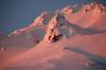 Альпинисты и спасатели спускаются с горы Худ, штат Орегон, США. Худ считается потенциально активным вулканом, вероятность его извержения в ближайшие десятилетия оценена в пределах 3-7 процентов. Сейчас на горе — несколько горнолыжных курортов.