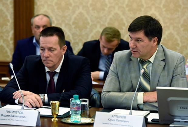 Начальник УФСБ по Тюменской области Вадим Пятилетов (слева)