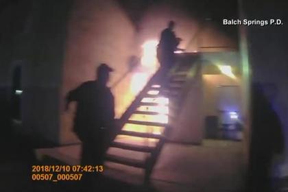Полицейский поймал выпрыгнувшего из горящего дома ребенка