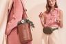 Новая модель-«ведро» и трендовая сумка на пояс обещают стать хитом предпраздничных продаж.