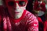 Одна из самых популярных моделей бренда стала «героиней» шутливой рождественской рекламной кампании: ее примеряет отец семейства в традиционном свитере с оленями. Однако эти очки унисекс могут стать подарком и для девушки.