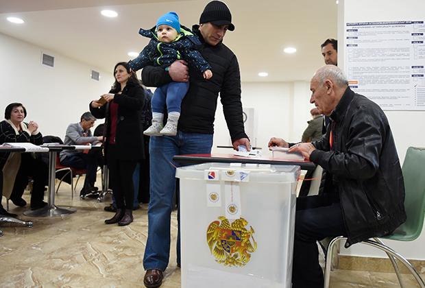 На избирательном участке во время парламентских выборов в Армении