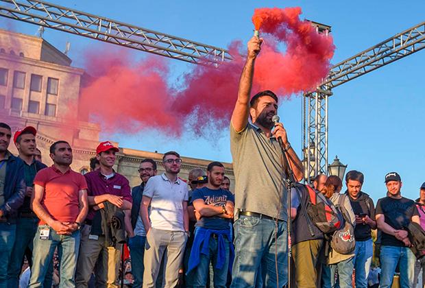 Сторонники Никола Пашиняна на митинге на площади Республики в Ереване