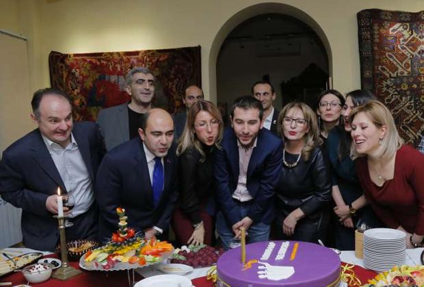 Лидер «Светлой Армении» Эдмон Марукян (второй слева) с соратниками